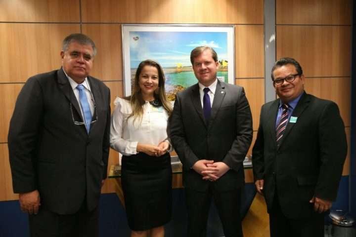 Foto de Ministro do Turismo recebe deputado e Jornalistas.