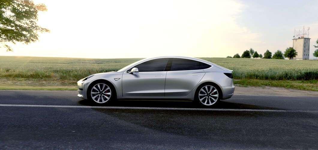 Foto de O primeiro Tesla Modelo 3 sai da linha de produção