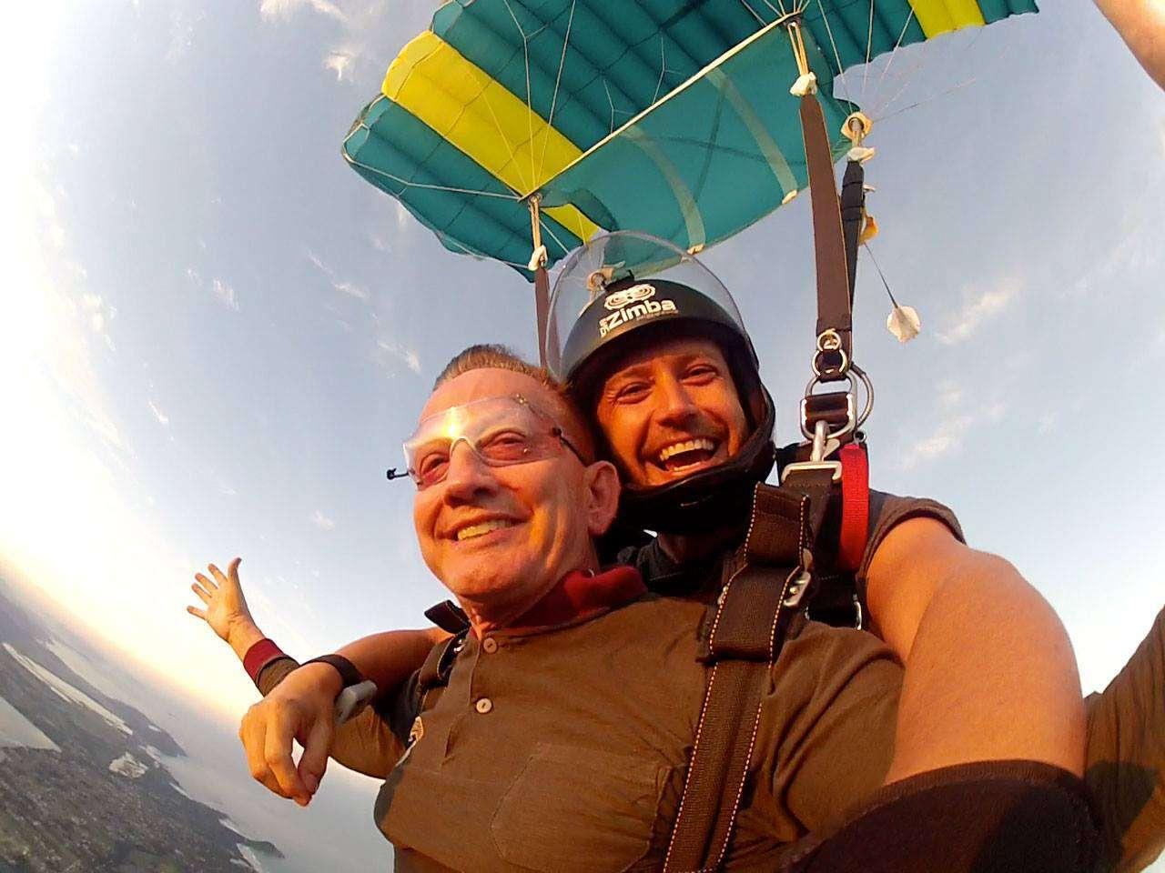 Foto de Pai de atleta salta de paraquedas aos 68 anos