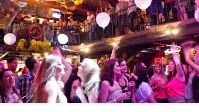 Foto de Pub famoso da cidade faz festa em clima sunset