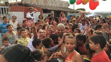 Foto de Aldair Playboy surpreende pequenos na comunidade da capital paraibana