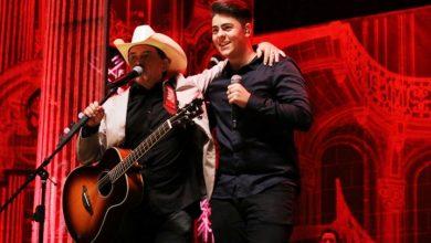 Foto de Enrico canta com o pai Chitãozinho durante show em SP e encanta a plateia