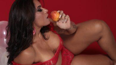 Foto de A musa Dani Sperle posa sensual e revela a cor de lingerie na virada do ano