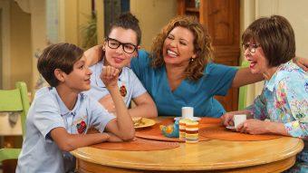 One Day At A Time: a série que aborda temas fortes e atuais para ver em família