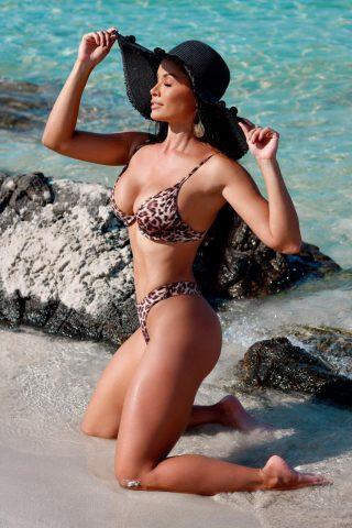 Fernanda D'avila chama atenção em Sardenha