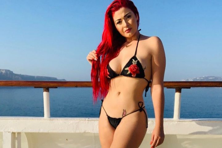 Blogueira Nanda Marques posa sexy de biquíni em Atenas