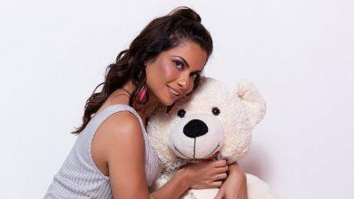 Foto de Dani Sperle posa de lingerie com um urso
