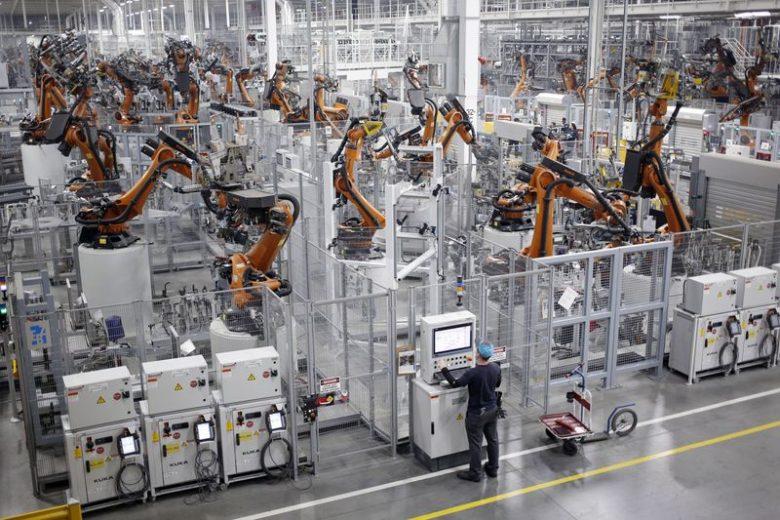Os robôs soldam componentes da carroceria de veículos em uma fábrica de montagem em Greer, Carolina do Sul. Fotógrafo: Luke Sharrett / Bloomberg