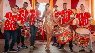 Foto de Jaqueline Maia se prepara para prestigiar sua primeira final de sambas no Estácio como Rainha de Bateria