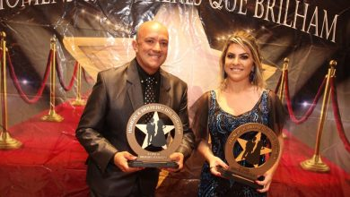 Foto de Colunista Fernando Rufino recebe troféu Homens e Mulheres que Brilham