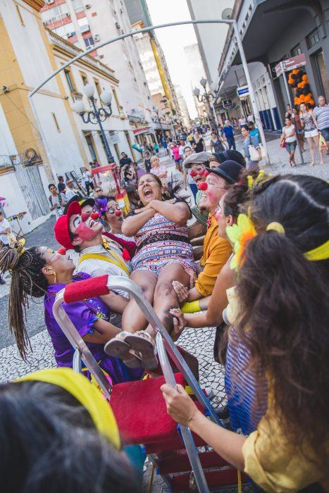 Agentes do Riso realizam intervenção para incentivar o público a despertar - Foto Diogo Andrade