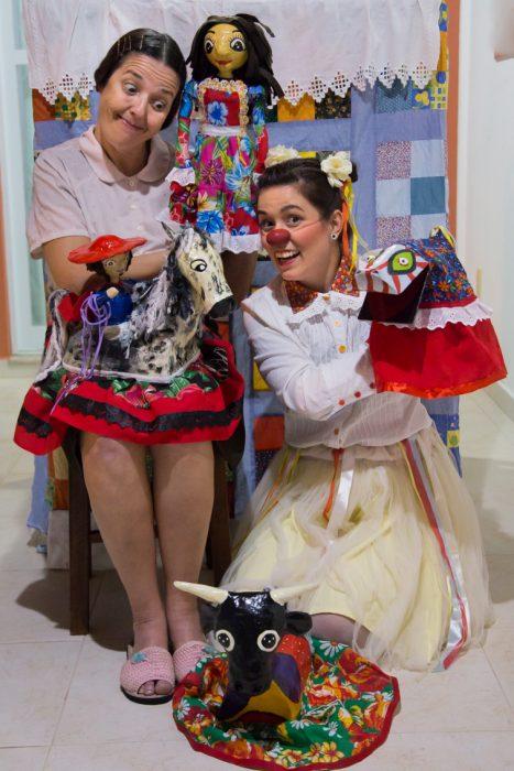 Dona Bilica no palco Domingo é Dia de Teatro! É de graça!