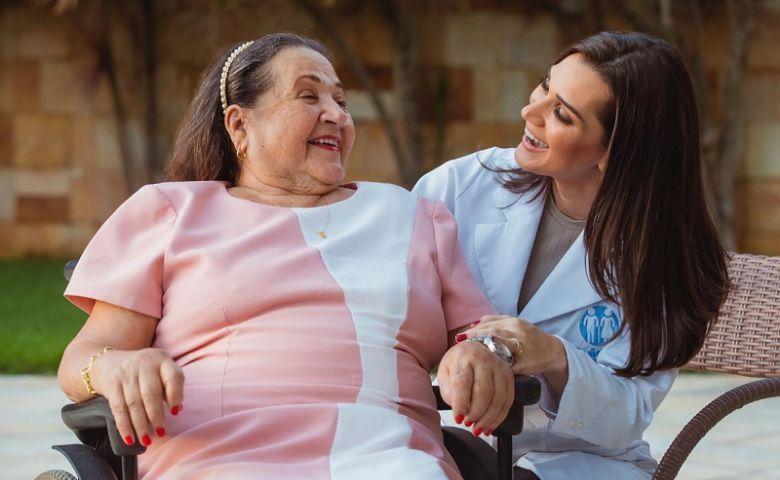 Cuidadores de idosos redobram a precaução durante a pandemia
