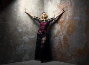 Foto de Marília Mendonça anuncia live em seu canal do YouTube.
