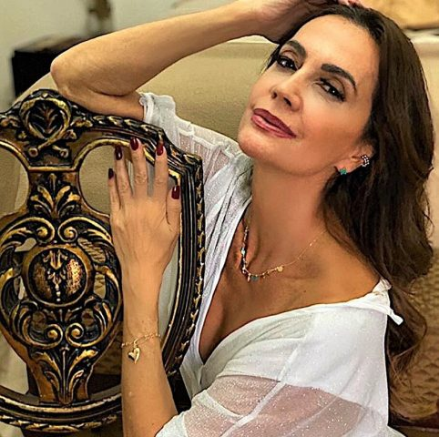 Claudia Métne entrevista cantora brasileira