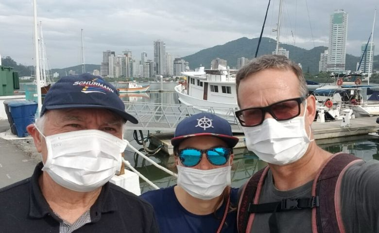 A Família Schurmann atracou na Marina Itajaí no veleiro Kat
