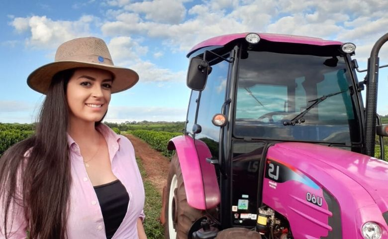 Produtora de Minas Gerais realiza o sonho do trator rosa