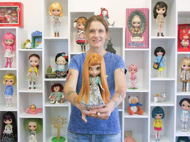 Cristina Bottallo com sua coleção de Blythes. Foto: Cristina Bottallo.