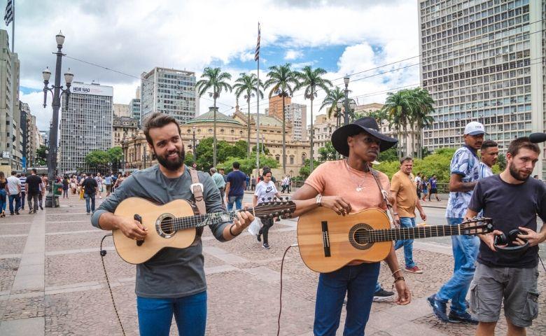 Lucas Reis e Thacio revivem Tim Maia em medley na Paulista