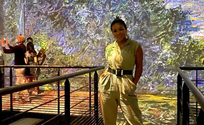 Belle Silva aproveita tarde em Paris e visita Atelier des Lumières