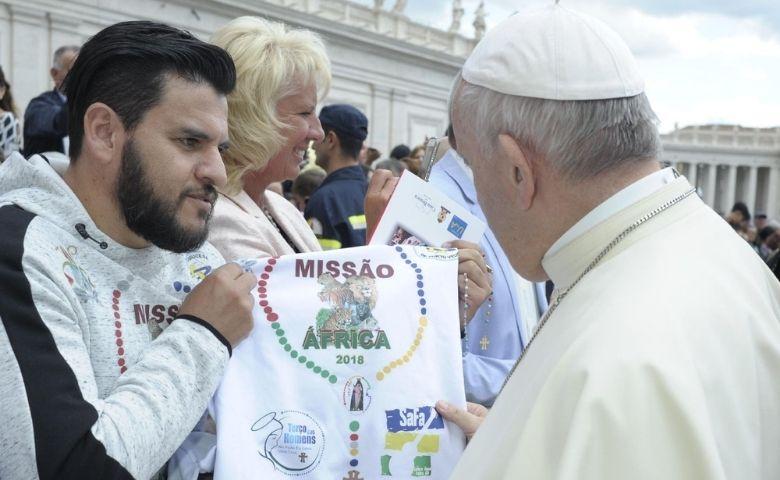 Maicon Rocha lança livro do cantor Miller Gomes com Papa Francisco